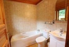 bathroom in kingfisher lodge